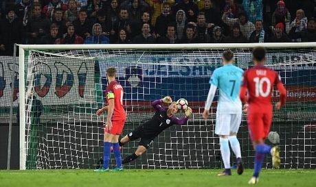 CAP NHAT sang 12/10: Buffon vuot Messi, Ronaldo de giat Ban chan vang. Suarez san bang ky luc World Cup - Anh 1