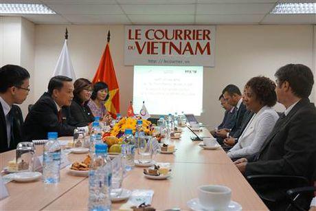 Tong Thu ky Phap ngu Michaelle Jean an tuong voi bao Le Courrier du Vietnam - Anh 2