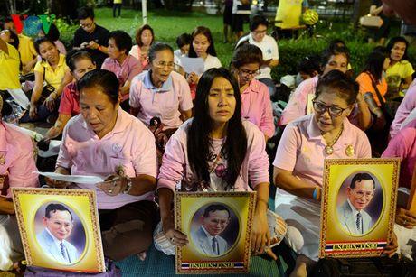 Nguoi dan Thai Lan thau dem cau nguyen suc khoe cho Nha Vua - Anh 1