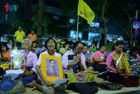 Nguoi dan Thai Lan thau dem cau nguyen suc khoe cho Nha Vua - Anh 2