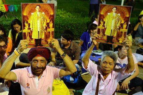 Nguoi dan Thai Lan thau dem cau nguyen suc khoe cho Nha Vua - Anh 4