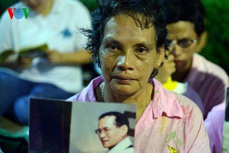 Nguoi dan Thai Lan thau dem cau nguyen suc khoe cho Nha Vua - Anh 5