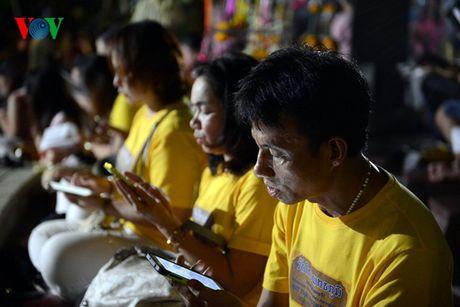 Nguoi dan Thai Lan thau dem cau nguyen suc khoe cho Nha Vua - Anh 6