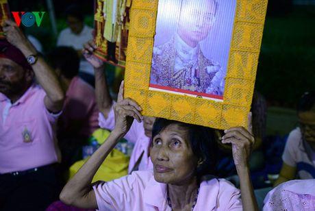 Nguoi dan Thai Lan thau dem cau nguyen suc khoe cho Nha Vua - Anh 7