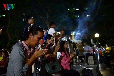 Nguoi dan Thai Lan thau dem cau nguyen suc khoe cho Nha Vua - Anh 8