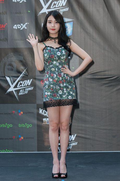 My nu 'xuyen khong' kheo chon vay ao hop long fan - Anh 7
