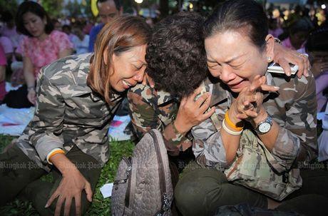 Dan oa khoc truoc tin Quoc vuong Thai Lan bang ha - Anh 1