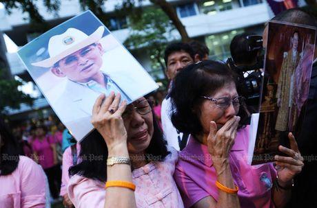 Dan oa khoc truoc tin Quoc vuong Thai Lan bang ha - Anh 3