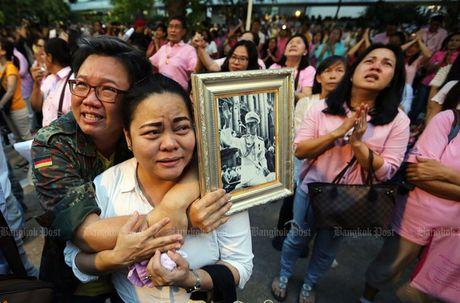 Dan oa khoc truoc tin Quoc vuong Thai Lan bang ha - Anh 5