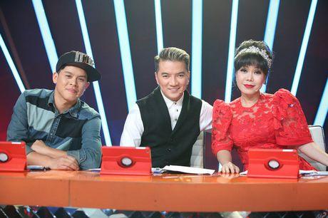 Buoc nhay ngan can: Dam Vinh Hung hon Viet Huong tren ghe nong - Anh 1