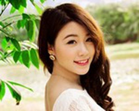 Linh Miu mac vay lo nguyen bau nguc nhay sexy tren san khau - Anh 1