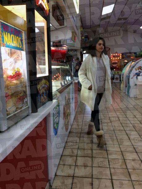 Selena Gomez bi bat gap nhot nhat gan trai cai nghien - Anh 2