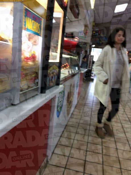 Selena Gomez bi bat gap nhot nhat gan trai cai nghien - Anh 6