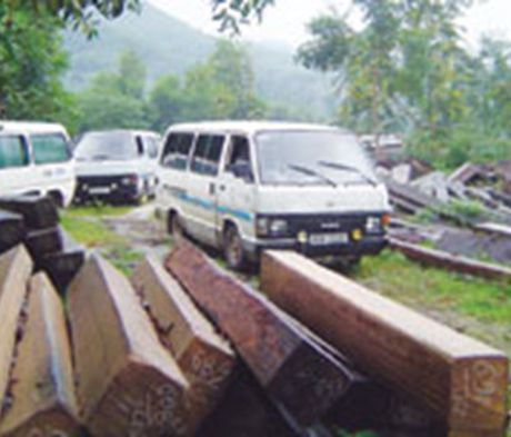 Bat khan cap 2 nghi pham cuop xe cho tang vat - Anh 1
