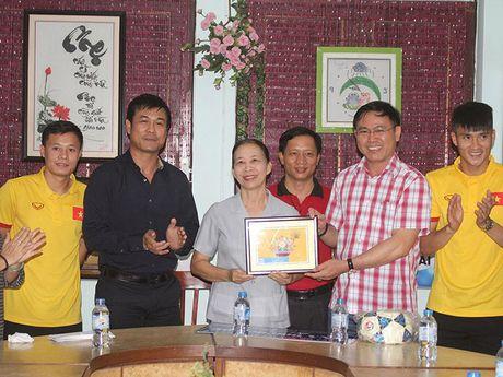 Thay tro HLV Huu Thang chia se cung tre em lang SOS - Anh 1