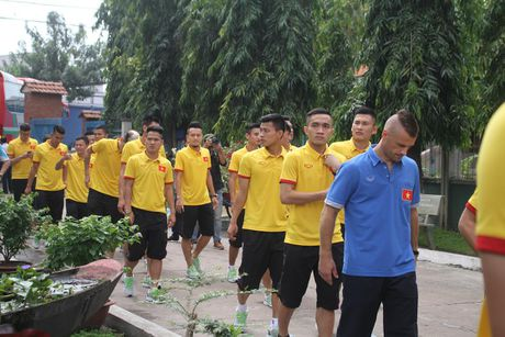 Thay tro HLV Huu Thang chia se cung tre em lang SOS - Anh 3
