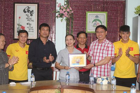 Thay tro HLV Huu Thang chia se cung tre em lang SOS - Anh 4