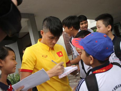 Thay tro HLV Huu Thang chia se cung tre em lang SOS - Anh 6