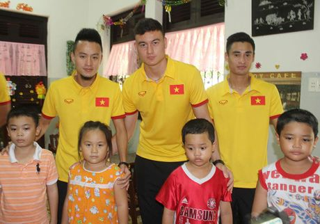 Thay tro HLV Huu Thang chia se cung tre em lang SOS - Anh 7
