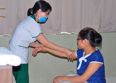 Massage giup san phu giam dau don khi sinh - Anh 1