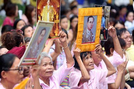 Thai Lan tran ngap mau hong, cau nguyen cho Nha Vua - Anh 4