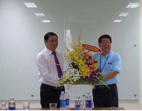 Chu tich UBND thanh pho Da Nang tham cac doanh nghiep trong Khu cong nghe cao - Anh 1