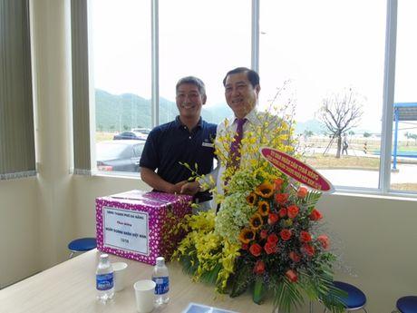 Chu tich UBND thanh pho Da Nang tham cac doanh nghiep trong Khu cong nghe cao - Anh 2