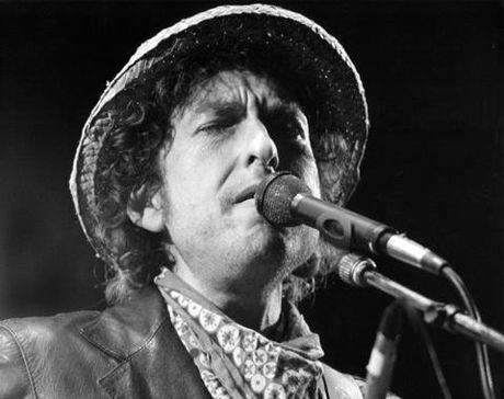 Nha tho Le Thieu Nhon ly giai Bob Dylan, Trinh Cong Son va giai Nobel - Anh 1