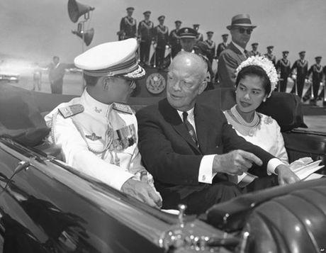 Cuoc doi cua Nha vua Thai Lan qua anh - Anh 4