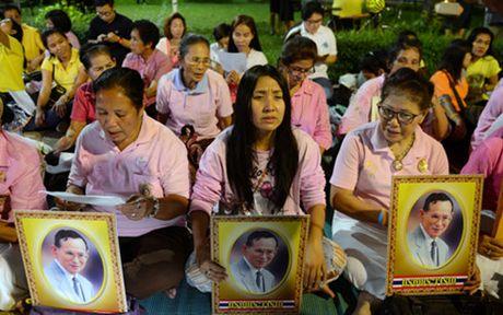 Suc khoe Nha vua Adulyadej chuyen bien xau, dan Thai Lan lo lang - Anh 2