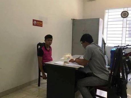 Khong doi mu bao hiem, dam CSGT gay 2 rang cua - Anh 1