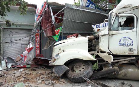 Hai Phong: Lai xe container ngu gat, dam nat 4 nha dan - Anh 4