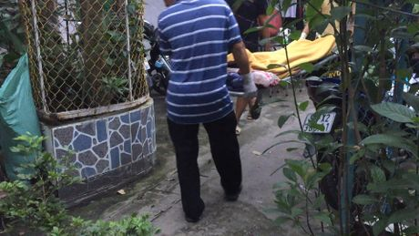 Phat hien cu ong tu vong canh con dao dinh mau - Anh 2