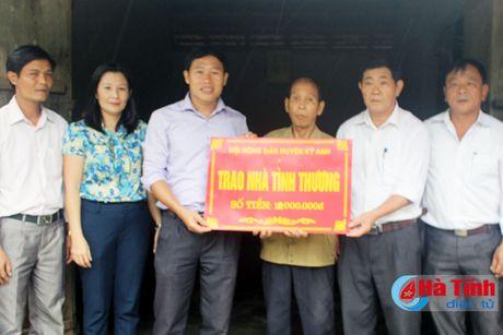 Trao tien ho tro lam nha tinh thuong cho nong dan kho khan - Anh 1