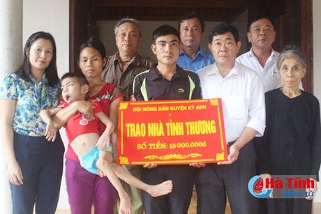 Trao tien ho tro lam nha tinh thuong cho nong dan kho khan - Anh 2