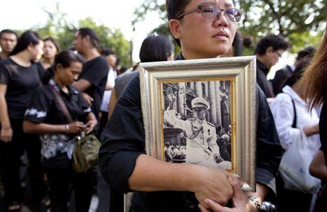 Nguoi Thai phu phuc tren via he cho don di hai Quoc vuong - Anh 1
