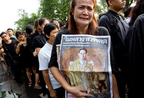 Nguoi dan Thai Lan dong loat mac do den vinh biet Quoc vuong - Anh 2