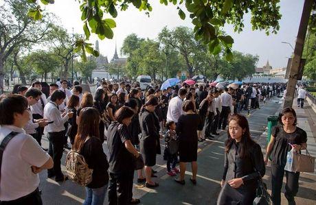 Nguoi dan Thai Lan dong loat mac do den vinh biet Quoc vuong - Anh 6