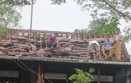 Loc xoay lai quet qua Quang Tri, hon 200 ngoi nha bi toc mai - Anh 1