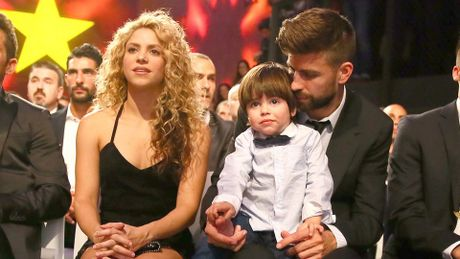 Pique he lo loi tan tinh ngoc nghech voi Shakira - Anh 1
