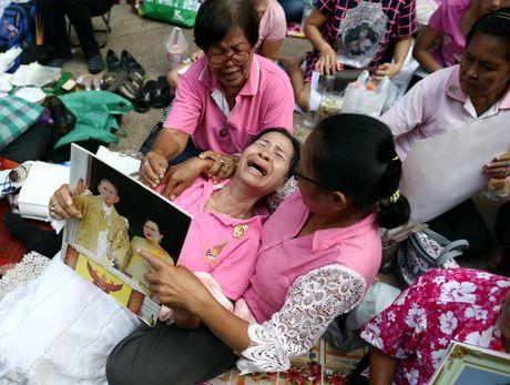 Quoc vuong Bhumibol qua doi, nguoi Thai khoc thuong - Anh 10