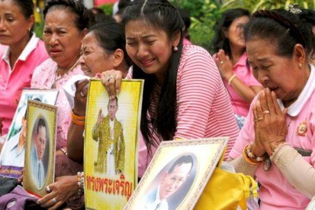 Quoc vuong Bhumibol qua doi, nguoi Thai khoc thuong - Anh 2