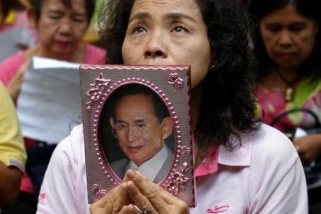 Quoc vuong Bhumibol qua doi, nguoi Thai khoc thuong - Anh 5