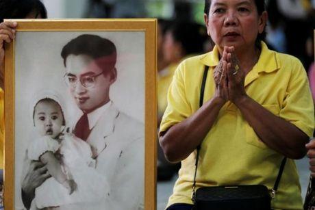 Quoc vuong Bhumibol qua doi, nguoi Thai khoc thuong - Anh 8