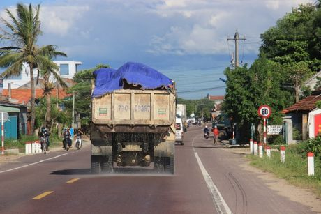 Xu ly nghiem xe cho cat qua tai tren QL19 Binh Dinh - Anh 1