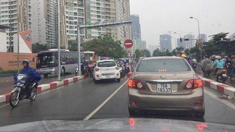 CSGT moi hai tai xe taxi VIC di nguoc chieu len lam viec - Anh 1