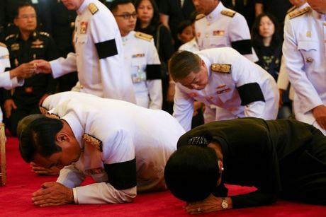 De tang Vua Thai Lan 1 nam, treo co ru 1 thang - Anh 10