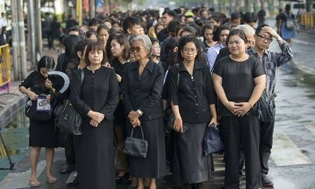 De tang Vua Thai Lan 1 nam, treo co ru 1 thang - Anh 1