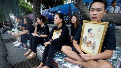 De tang Vua Thai Lan 1 nam, treo co ru 1 thang - Anh 2
