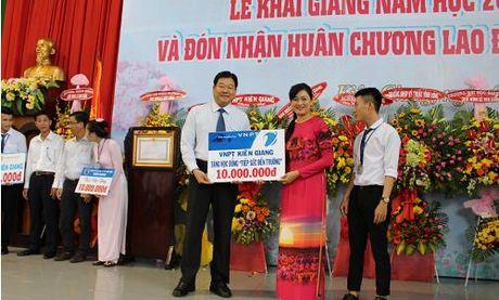 """VNPT Kien Giang trao hoc bong """"VNPT - Tiep suc den truong nam 2016"""" - Anh 1"""